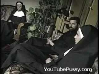 Italienisch priest mit two nuns