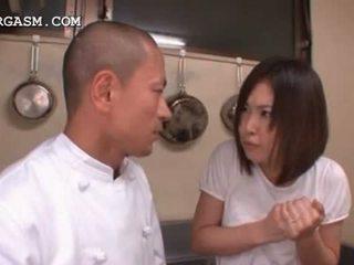 Aziāti viesmīle gets bumbulīši grabbed līdz viņai boss pie darbs