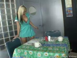אחיד, waitress
