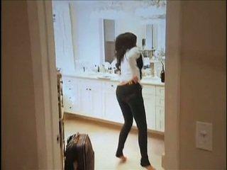 Kim kardashian flashes 她的 oustanding 胸部 和 丰满 肛门 而 在 沙发
