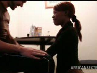 Africké hoe ústa fucks biele kokot na knees