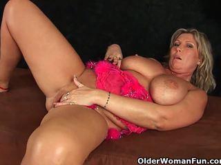 Robustné vyzreté mama s veľký kozy masturbates