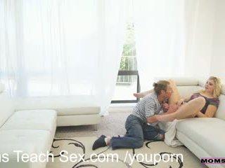 Kåt trinn mamma gives en lesson i pikk suging