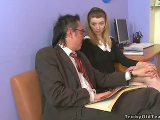 Kısa saç eski öğretmen giving lessons