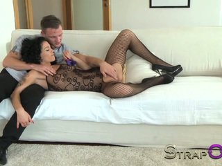 Strapon matura femei taking dp cu o vibrating inel de pula