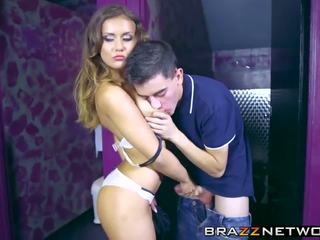 Overspel brunette taking op een groot stiff pole in haar.