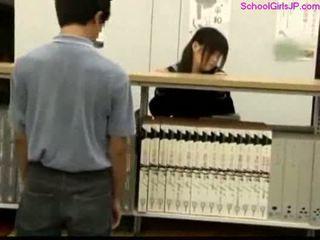 Nxënëse getting të saj pidh rubbed në the bibliotekë