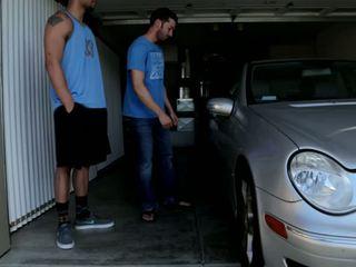 Mechanic shows ปิด ของเขา skills ไปยัง 2 bros ใคร ได้รับ wrenched