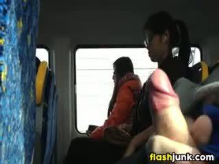 Flashing un duro polla en asia en la tren