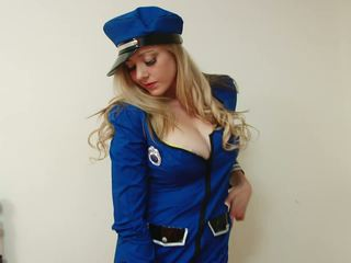 Krūtainas policewoman strips un fingerfucks viņai vāvere