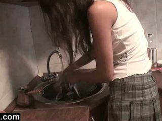 Dagfs: аматьори girlfriends licking в на кухня