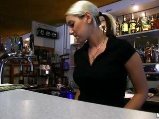 Barmaid lenka nailed sa ang bar para perang hawak