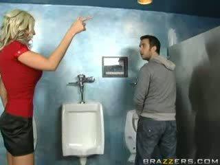 Beat milf sucks în toaleta!
