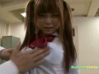 Koolitüdruk getting tema tussu ja väike tissid rubbed koos riist imemine guy sisse the classroo