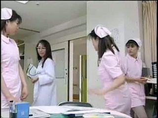 Warga asia jururawat menghisap pesakit