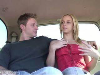 Hitchhiker nastolatka blondynka gets cipka licking