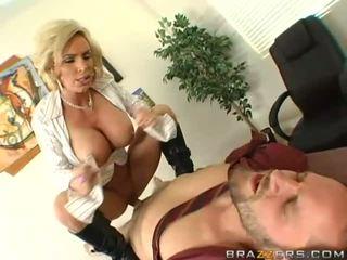 Krūtainas mammīte getting viņai vāvere pounded grūti
