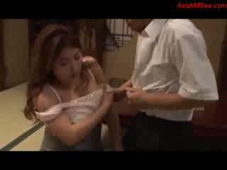 Дебели голям бюст милф giving духане getting тя цици прецака путка licked от съпруг на на етаж в на стая