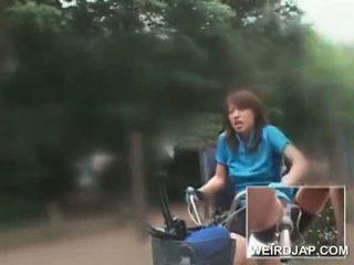 Warga asia remaja sweeties menunggang bikes dengan dildos dalam mereka cunts