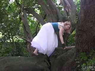 Madison 若い 自慰行為 barefoot で ザ· woods