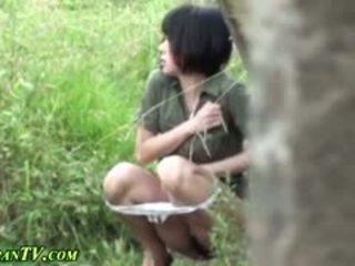 Aziatisch sluts piss outdoors