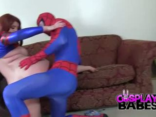 Cosplay filles spiderman likes grand nichons