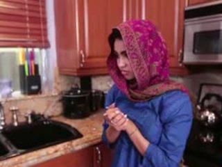 Arab dospívající ada gets a warm kočička cream