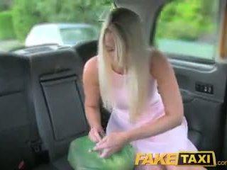 Faketaxi helpful cab driver gives sexy blond ein sahnetorte auf rücksitz