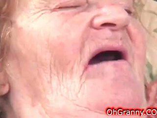 Slutty 더러운 할머니 gets 젖은
