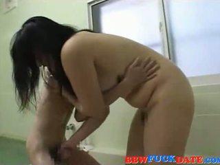 Phụ nữ đẹp lớn á châu domina plays với nhỏ á châu