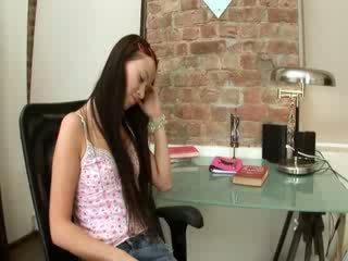 Evelina modèle bureau plaisir sur une chaise