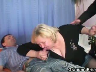 Viejo guarra takes two cocks en una vez