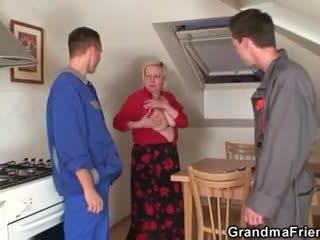 Nešvarus senelė spreads jos kojos už two cocks