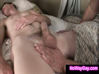 Гей roommate touches сплячий гетеросексуал друг