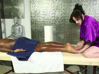 Pale-skinned elegant masseuse e nero uomo.