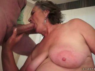 Karvainen mummi enjoying ilkeä seksi