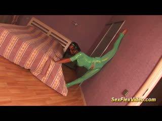 Χαριτωμένο ευλύγιστος bigbreast gymnast έφηβος/η σε spandex