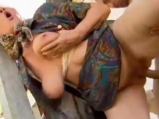 2 fazenda grannies seduced por jovem homem