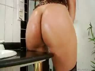 Hot banci andressa is playing with her big friend on cam!