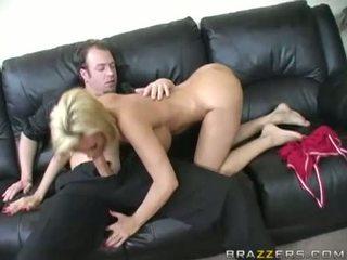 Gros seins blonde diamond foxxx blows une dur meatpole sur la daybed