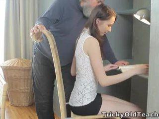 Tricky старий вчитель: удачливий старий вчитель fucks її солодка пизда жорсткий.