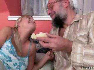 Ištvirkęs grandpas vs karštas paaugliai