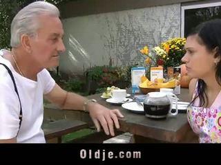 Oldje: おじいちゃん david pounds a ホット ティーン で 彼の yard