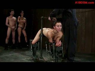 فتاة tied إلى metal إطار في doggy getting لها كس و فم مارس الجنس بواسطة عشيقة مع قضيب جلدي و سيد في ال زنزانة