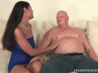 Rasva mummo fucks tuhma nuori tyttö