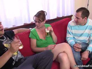 Krūtainas māte enjoys nepieredzējošas un jāšana two cocks