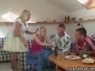 Partying guys paun nenek daripada kedua-dua ends