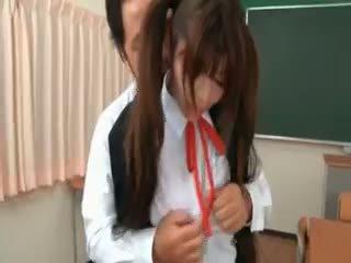 אסייתי תלמידת בית ספר gets seduced על ידי excited מורה