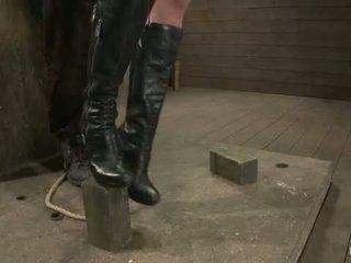 Sexy vysoké dlho legged tan dievča ďalšie doorbrutal bandážovanie neck rope breath hrať vyrobený na prísť