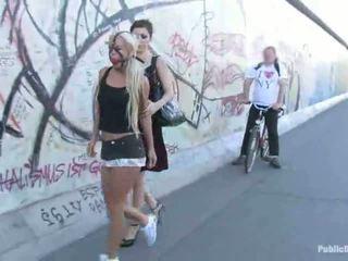 Blonda miere carla waking jos the strada legat în sus